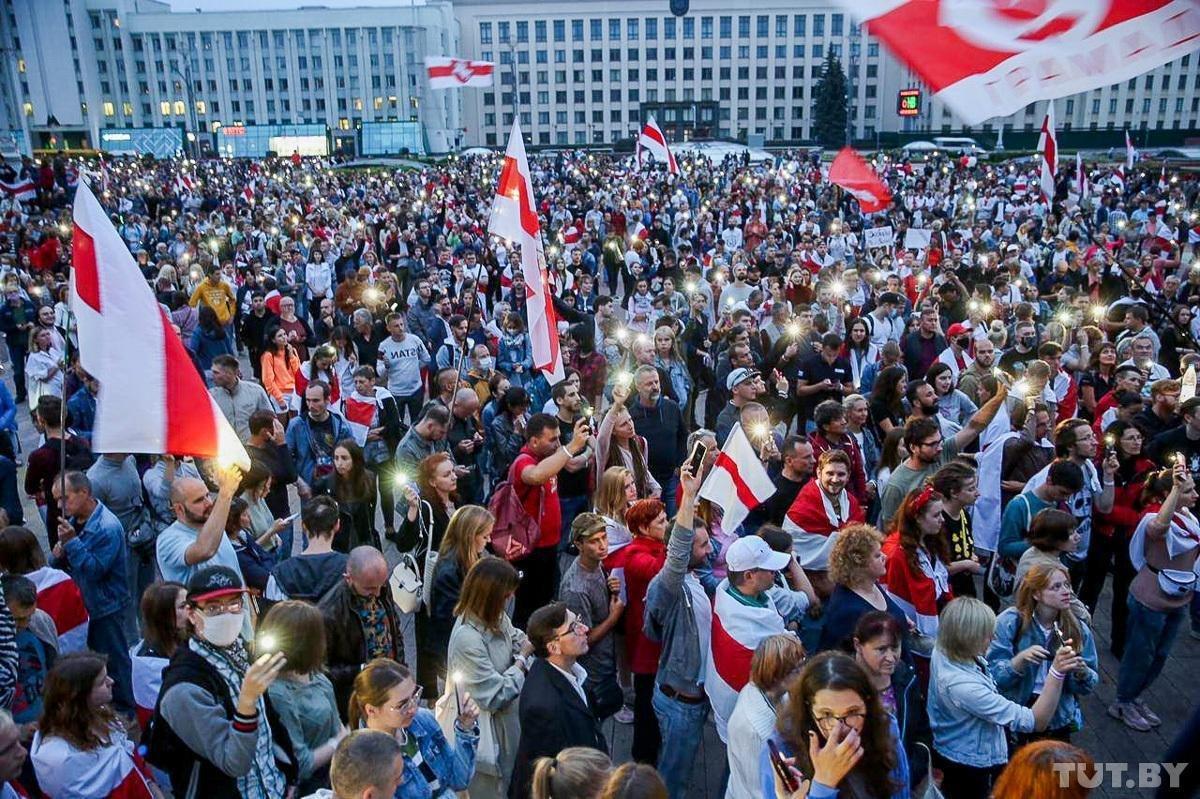 На площади Независимости в Минске снова собрались тысячи протестующих