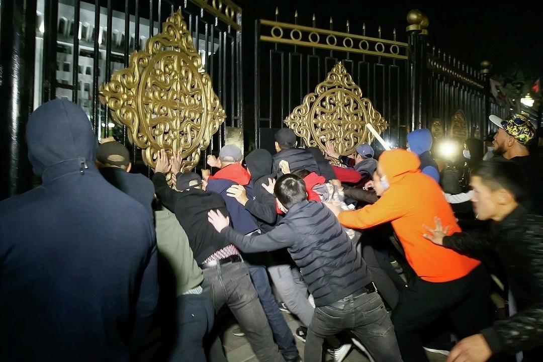 В Кыргызстане протестующие взяли штурмом «Белый дом» и освободили из СИЗО экс-президента Атамбаева