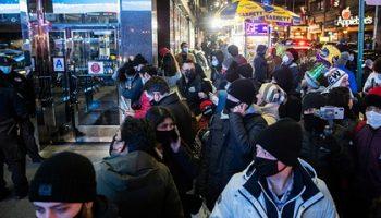 Американцам посоветовали носить двойную маску для защиты от коронавируса