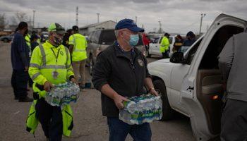 Миллионы американцев столкнулись с нехваткой питьевой воды из-за морозов