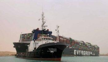 В Суэцком канале скопилось более 320 судов