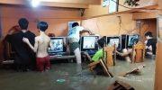 Упертые геймеры не останавливают игру даже во время наводнения (видео)