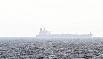Захваченный у берегов ОАЭ танкер направился в сторону Ирана